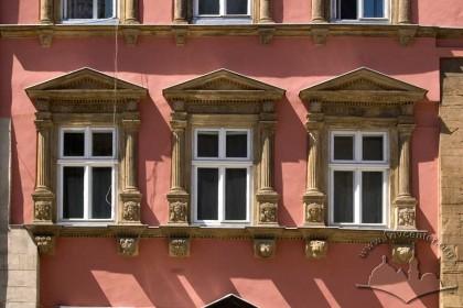 Pl. Rynok, 28. The 2nd floor windows