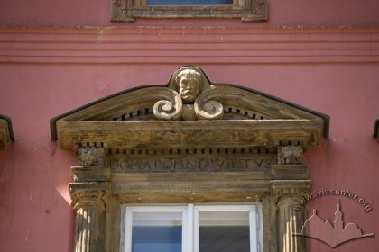 Pl. Rynok, 28. Renaissance carved stone window trim and pediment detail