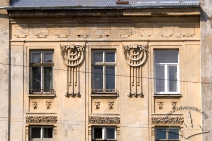 Вул. Брюллова, 4. Вікна 3-го поверху