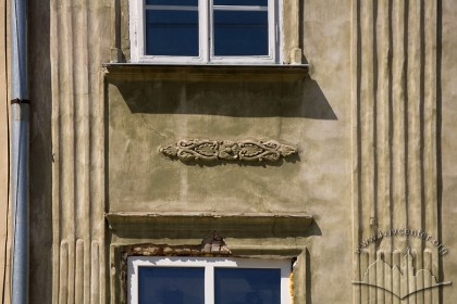Pl. Rynok, 45. Neoclassicist style plasterwork between the 2nd and the 3rd floor windows