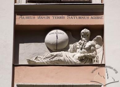 """Вул. Вірменська, 23. Рельєф над центральним вікном на 2-му поверсі. """"Шлях цей Сатурн золотий провів колись на землях""""; """"Лінія місця""""."""