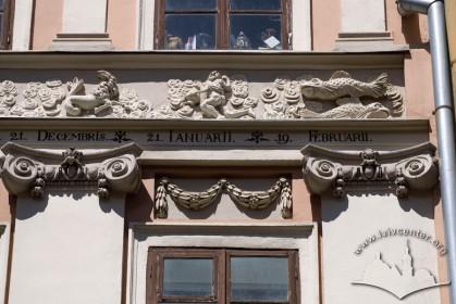 Вул. Вірменська, 23. Скульптурний фриз з фігурами-знаками зодіаку над вікнами 3-го поверху (частина антаблементу який який раніше увінчував фасад)