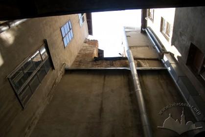 Вул. Вірменська, 23. Внутрішнє подвір'я - колодязь.