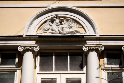 Вул. Краківська, 4. Горельєф з Амуром і Психеєю над вікном 2-го пов.