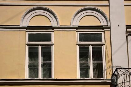 Вул. Краківська, 4. Вікна 2-го поверху