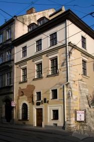 Вул. Сербська, 1. Вид на головний фасад з пл. Ринок