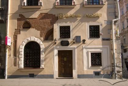 Вул. Сербська, 1. Фрагмент головного фасаду з боку вул. Руської