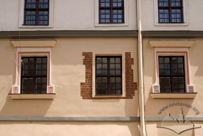 Вул. Сербська, 1. Вікна 3-го поверху на головному фасаді