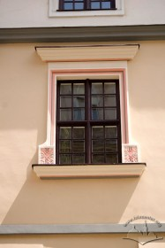 Вул. Сербська, 1. Вікно з-го поверху на головному фасаді