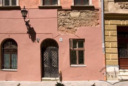 Вул. Ставропігійська, 5. Фрагмент головного фасаду з розкритим муруванням стіни