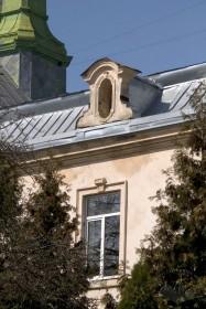 Вул. Личаківська, 49. Фрагмент південного фасаду: вікно 2 пов. і барокова люкарна