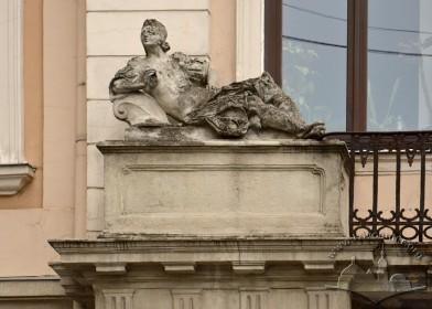 Вул. Театральна, 10. Скульптура Мінерви чи Венери