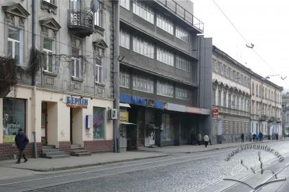 """вул. Франка, 23а. Фасад. У подвір'ї будинку розташовувався кінотеатр """"2-й літній"""" (1955–1970-і)."""
