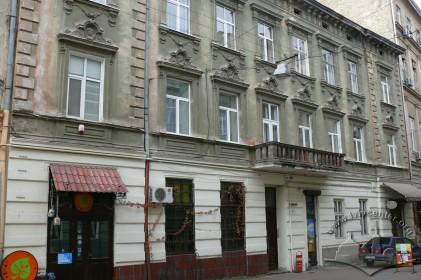 пров. Крива Липа, 8. Головний фасад будинку. У 1896 р. тут відбувся перший у Львові кіносеанс.