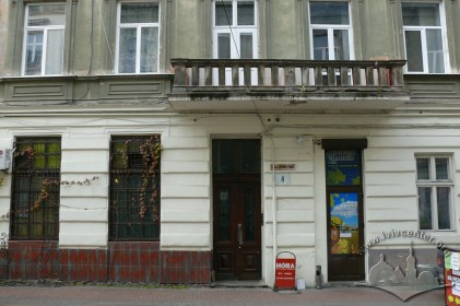 пров. Крива Липа, 8. Фрагмент головного фасаду будинку із входом. У 1896 р. тут відбувся перший у Львові кіносеанс.