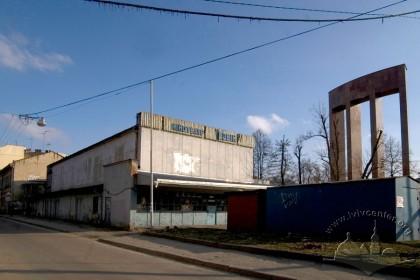 Вул. Шептицьких, 45. Вигляд з півночі. Справа видно фрагмент пам'ятника С. Бандері