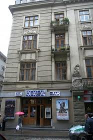 Вул. Коперника, 9. Фрагмент фасаду із входом до приміщення кінотеатру