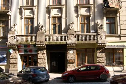 Вул. Коперника, 9. Фрагмент головного фасаду будинкуз в'їздною брамою