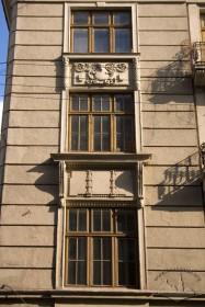 Вул. Коперника, 9. Вікна 2-3 пов. на головному фасаді