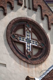 Pl. Staryi Rynok, 1. Neoromanesque imitation of a rose window made of bricks and majolica tiles