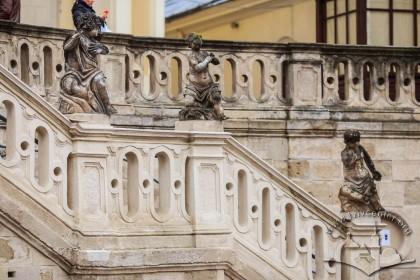 Пл. Св. Юра, 5. Барокові сходи із скульптурами путті