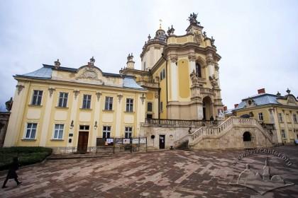 Пл. Св. Юра, 5. Аттик східного фасаду церкви і фігура Діви Марії над брамою