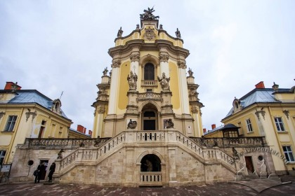 Пл. Св. Юра, 5. Вид на головний фасад церкви