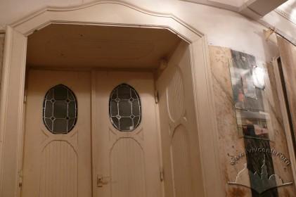 Вул. Курбаса, 3. Фрагмент інтер'єру з автентичними дверима у стилі сецесії.