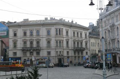 Просп. Шевченка, 1. Загальний вигляд будинку з боку пл. Міцкевича