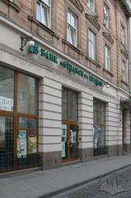 """Вул. Банківська, 5. Фрагмент головного фасаду будинку. У цьому будинку раніше діяли кінотеатри """"Сінефон"""" (1906–1907), """"Луна"""" (1907, 1926–1930), """"Полонія"""" (1930–1931)."""