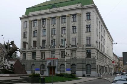 Пл. Генерала Григоренка, 3. Загальний вигляд будинку з боку площі, спереду видно пам'ятник  св. Юрію Змієборцю.