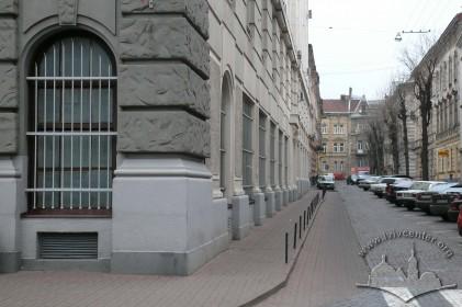 Пл. Генерала Григоренка, 3. Фрагмент фасаду і вид на вул. Є. Гребінки