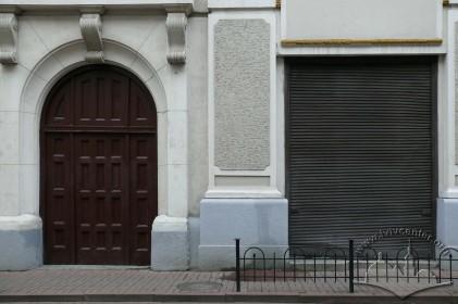 Пл. Генерала Григоренка, 3. Вхідний портал на бічному фасаді (з боку вул. Є. Гребінки)