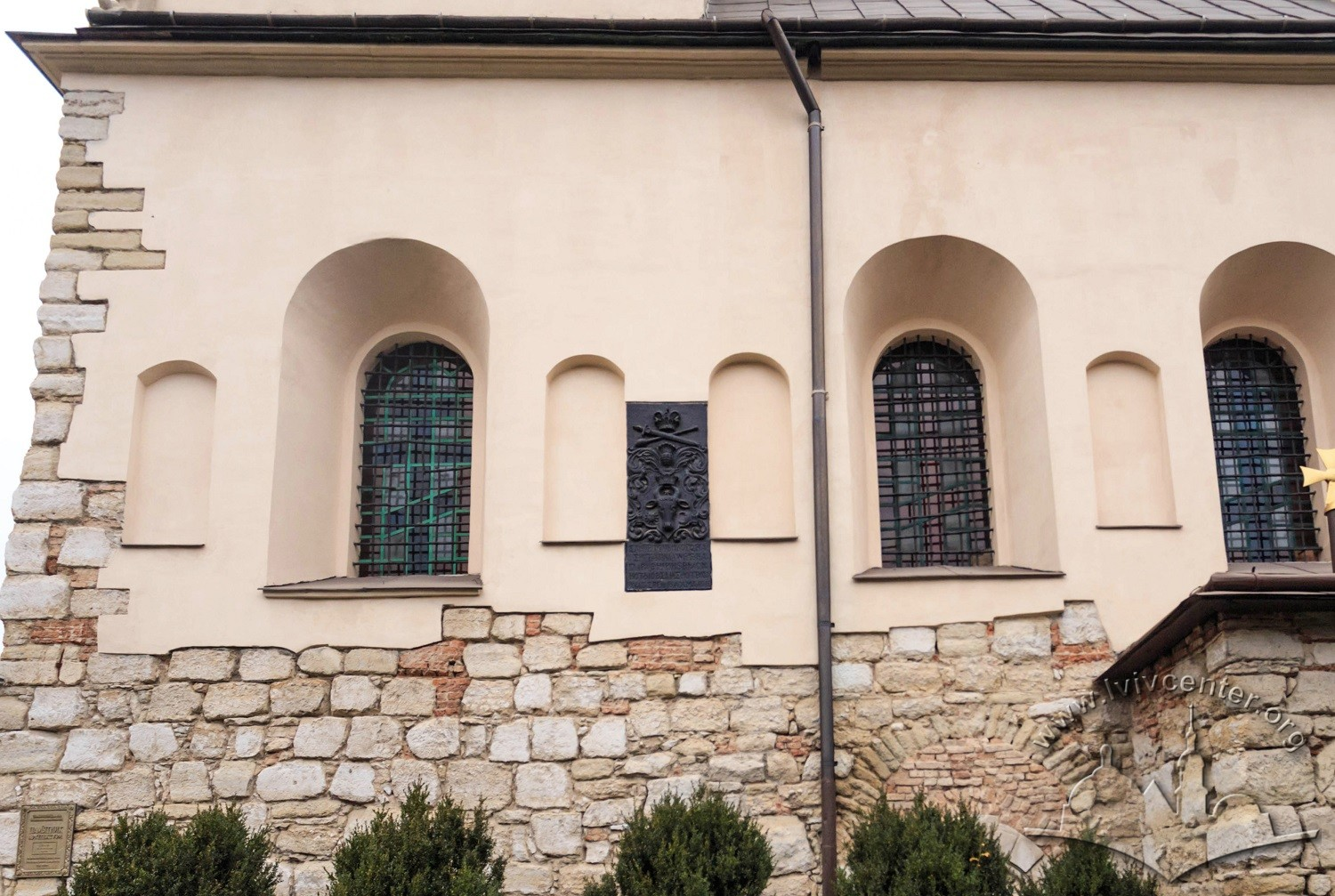 Vul. Khmelnytskoho, 77. A part of the southern facade. There is a plaque with coat-of-arms of the Moldavian principality between windows/Photo courtesy of Nazarii Parkhomyk, 2015