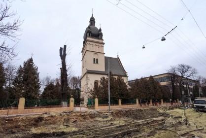 Вул. Хмельницького, 77. Вигляд церкви з південного боку. Тривають роботи з ремонту дороги на вул. Хмельницького