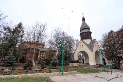 Вул. Хмельницького, 77. Сучасна каплиця розміщена поруч з церквою, за деревами – колишня плебанія (кін. ХІХ ст.), сьогодні цей будинок покинутий