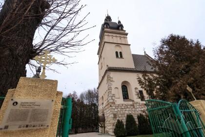Вул. Хмельницького, 77. Вхід на територію церкви