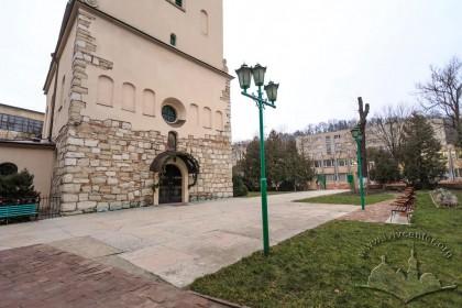 Вул. Хмельницького, 77. Територія перед входом до церкви