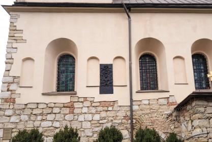 Вул. Хмельницького, 77. Фрагмент південного фасаду. У лівому нижньому куті – табличка про пам'ятковий статус церкви. У центрі фото – таблиця з гербом Молдовського князівства