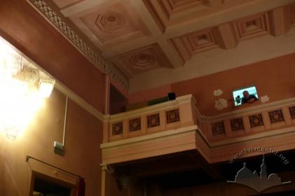 Пл. Д. Галицького, 1. Фрагмент інтер'єру глядацького залу. Вигляд на галерею та кесонне перекриття
