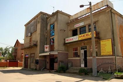 """вул. Городоцька, 285. У будинку знаходилися кінотеатри """"Метал"""" (1946–1949), """"ім. В. Чкалова"""" і """"Арлекіно"""" (1949–1990)."""