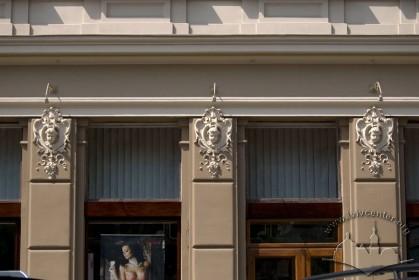 Просп. Шевченка, 28. Фрагмент фасаду у рівні 1-го поверху