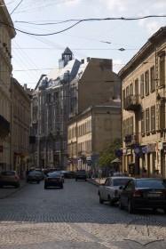 Вул. Гнатюка 20-22. Загальний вигляд будинку з початку вул. Гнатюка