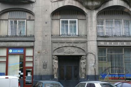 Вул. Гнатюка 20-22. Фрагмент головного фасаду із порталом