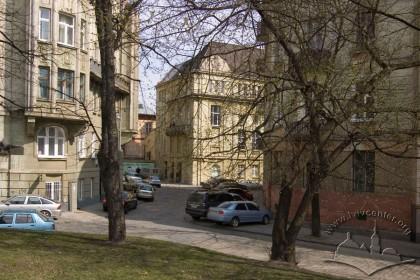 Пл. Шашкевича, 5. Вигляд будинку в ансамблі забудови площі