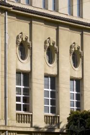 Пл. Шашкевича, 5. Фрагмент головного фасаду в рівні ІІ - ІІІ поверхів.