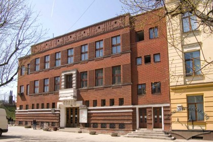 Вул. Кушевича, 1. Головний (східний) фасад будинку