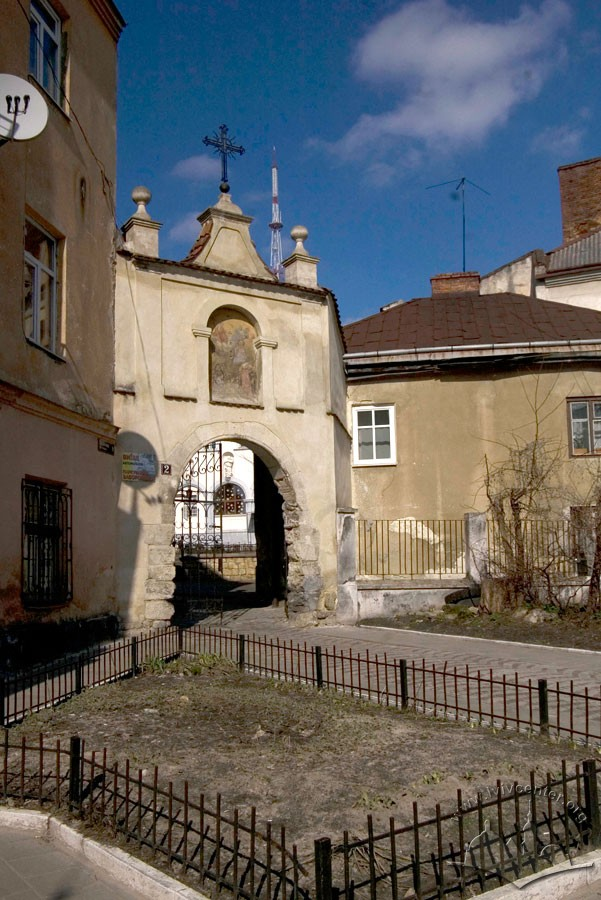 Vul. Vicheva, 2. The entrance gate to the convent's territory/Photo courtesy of Ihor Zhuk, 2013