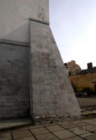 Вул. Вічева, 2. Один з контрфорсів на наріжній частині костелу