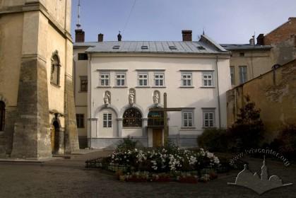 Вул. Вічева, 2. Вид на будинок кол. монастиря
